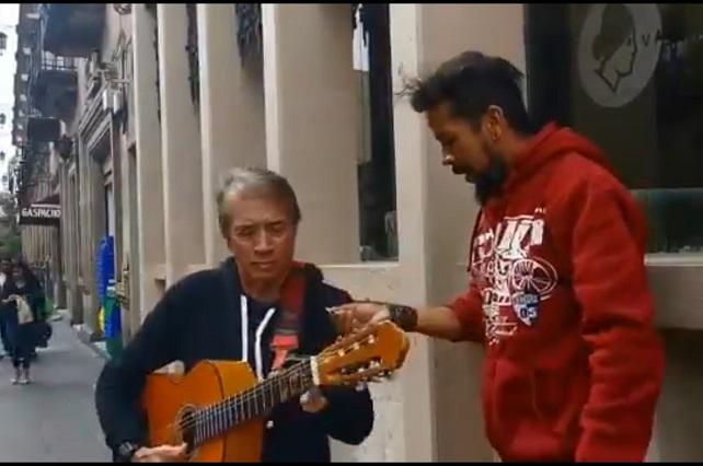 José María Napoleón canta en la calle para ayudar a un joven