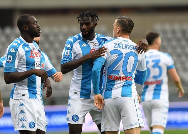 Hirving Lozano entró de cambio en victoria del Napoli ante Torino