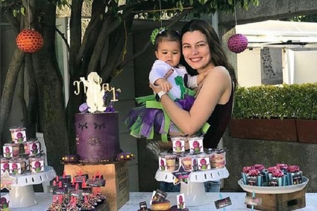 Al no tener apoyo del padre de su hija, Natália Subtil vende la ropa de la niña