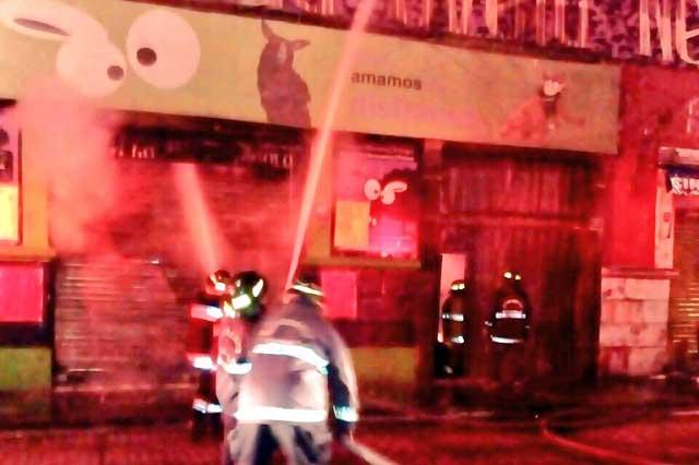 Fuerte incendio consume tienda de disfraces La Oveja Negra