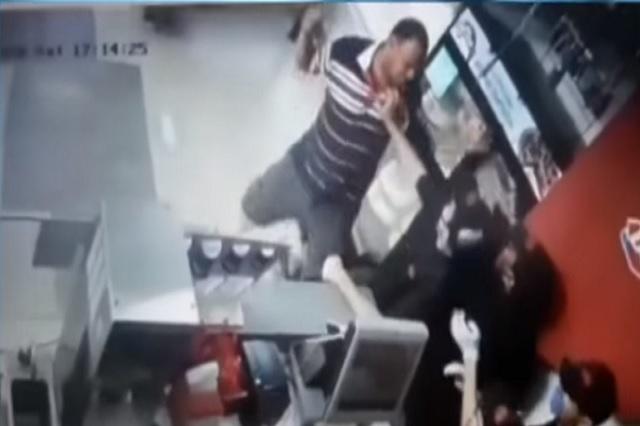 Video: Hombre furioso golpea a empleado por negarle un postre