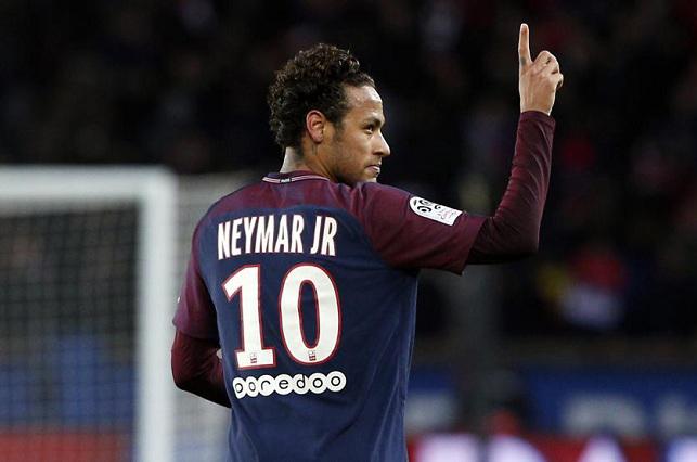 Neymar Jr. posa para fotógrafo que es acusado de acoso sexual