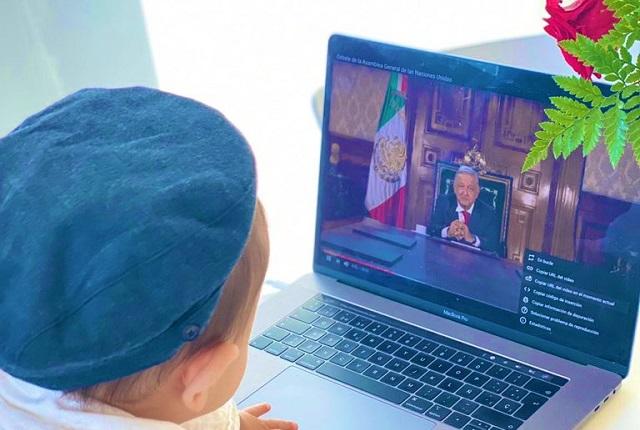 Foto de nieto de AMLO viendo a su abuelo causa ternura