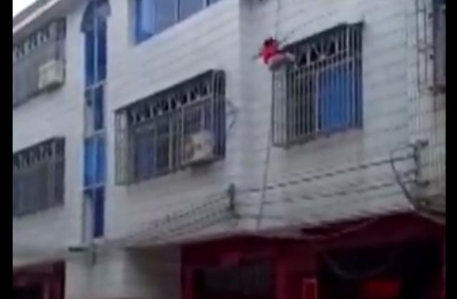 Niña se cae de tercer piso; vecinos la salvan con una manta