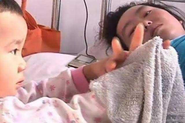 Niña de tres años cuida a su madre en el hospital