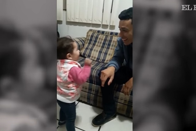 Con amor y señas niña de 2 años intenta hablar con su padre