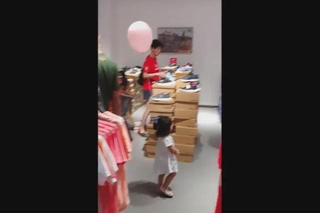 Para evitar perderla, padres atan globo a la cabeza de su hija
