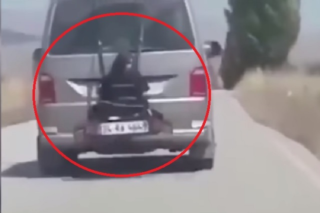 Video indignante: llevaba a su hija atada al portabicicletas de su automóvil