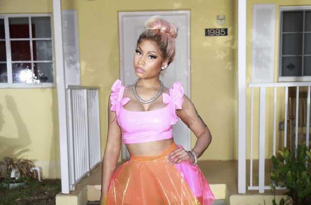 Nicki Minaj hace sensual twerking junto a mujeres semidesnudas