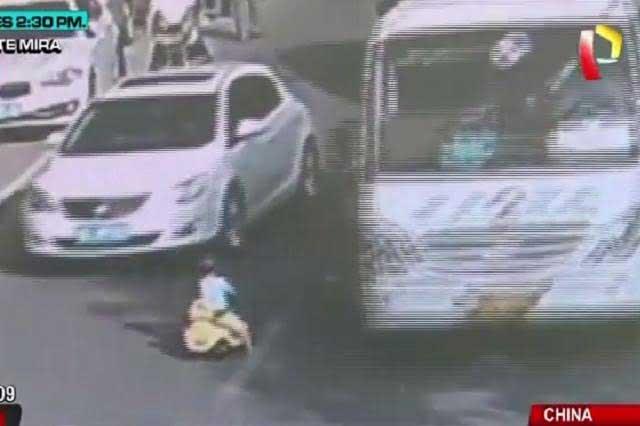 VIDEO VIRAL: Niño vive de milagro luego de jugar entre autos en movimiento