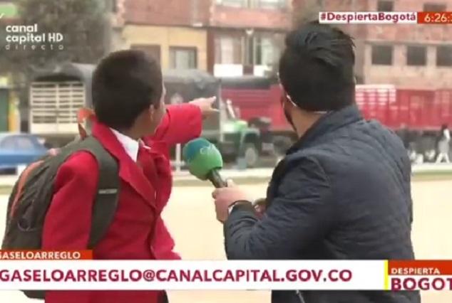 Niño conquista Facebook por parar entrevista para correr a la escuela