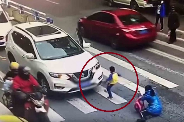 Video: Menor arremete contra auto que atropelló a su mamá