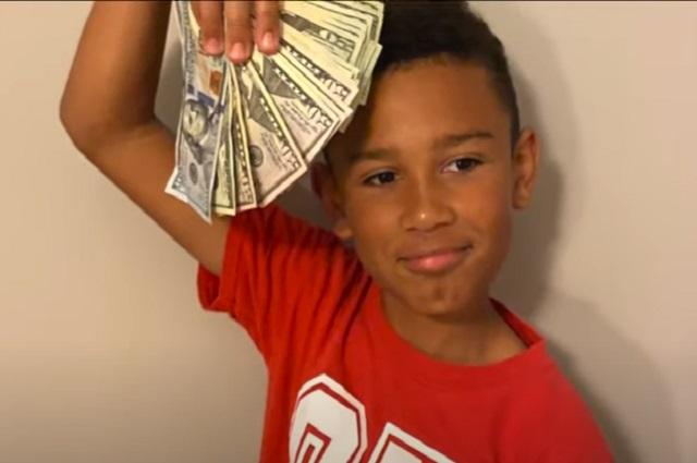 Niño limpia el carro de su padre y encuentra 100 mil pesos