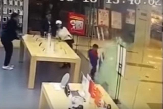 VIDEO: Puerta de iStore se destroza sobre niño de cuatro años