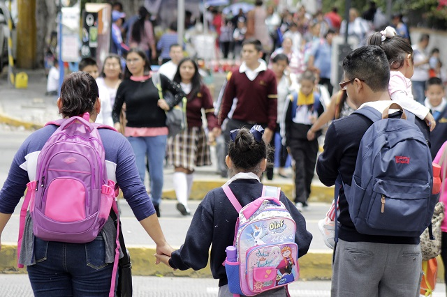 Papás buscan preinscripción en centros escolares de Puebla