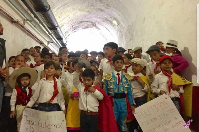Gran emoción viven centenares de niños en la plaza de toros