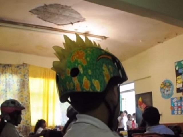 En Sinaloa, niños de primaria van a clases con casco por si se derrumba el techo