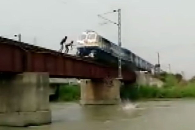 Niños en la India desafían a la muerte sobre las vías del tren