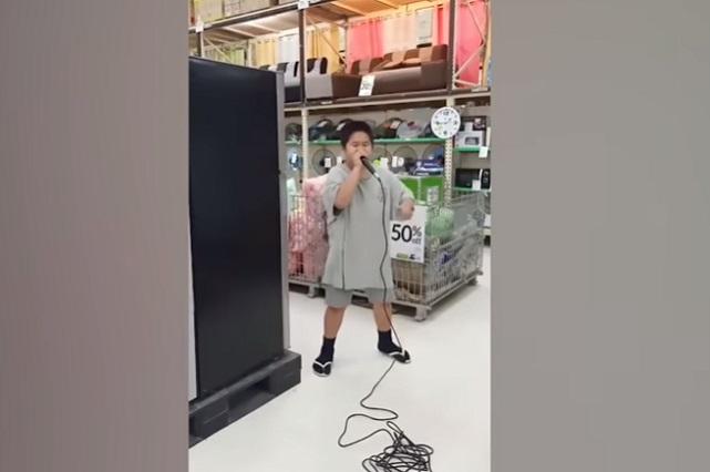 Niño se vuelve viral por hacer beatbox en un supermercado