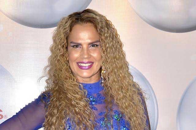 Niurka Marcos recibe premio como la Reina de las redes sociales