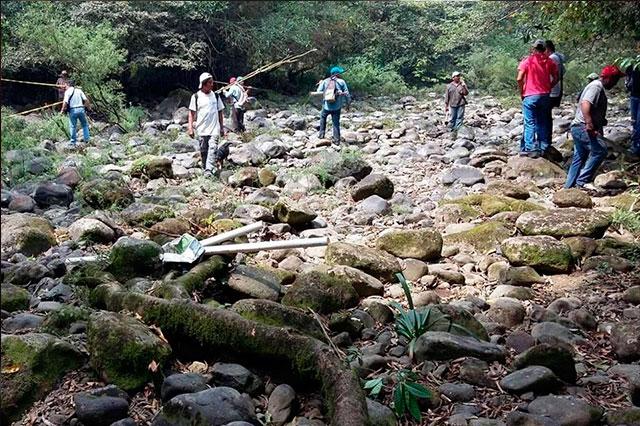 Geólogos revisan grieta que se tragó en 2 días el río Atoyac