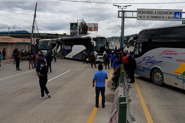 Normalistas bloquean la Autopista del Sol