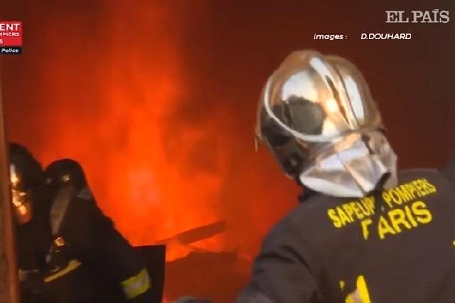 Video: Así lucharon bomberos cerca del fuego en Notre Dame