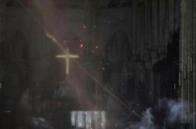 Apagan incendio en Notre Dame y ya hay 600 millones de euros para reconstruirla