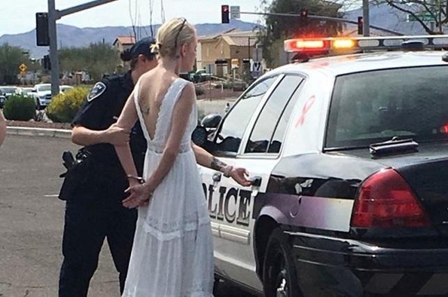 Mujer en estado de ebriedad iba a su boda y provoca accidente