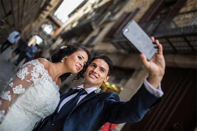 Selfie de enamorados aterra las redes sociales y le dicen no a satanás