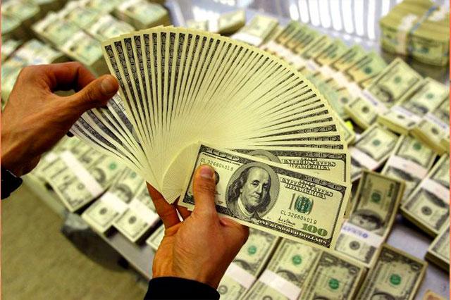 El dólar se dispara hasta los 18.13 pesos y la bolsa de valores se derrumba