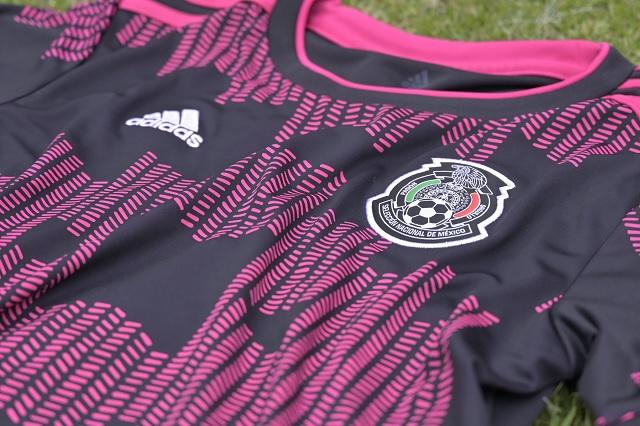 Presenta Selección Mexicana su nuevo jersey en color rosa