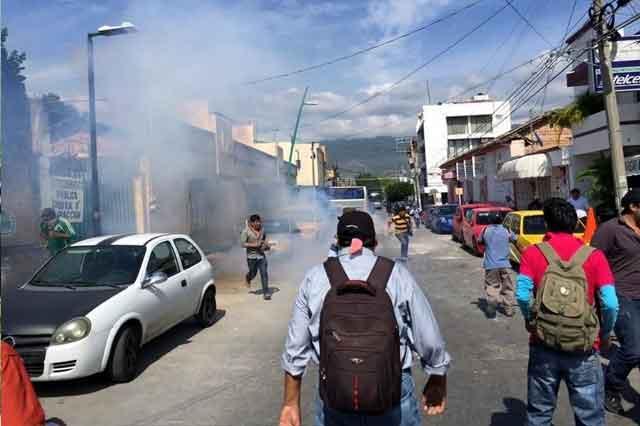 Se vuelven a enfrentar maestros y policías federales en Chiapas