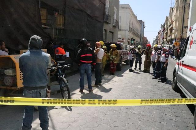Muere trabajador al caerle barda de casona en el Centro de Puebla