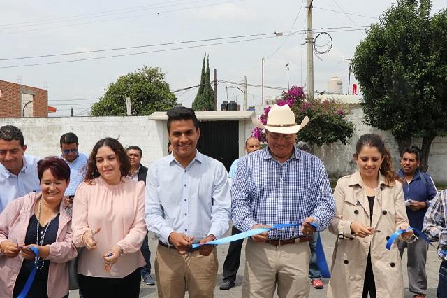 Guillermo Velázquez entrega obras en Prados El León