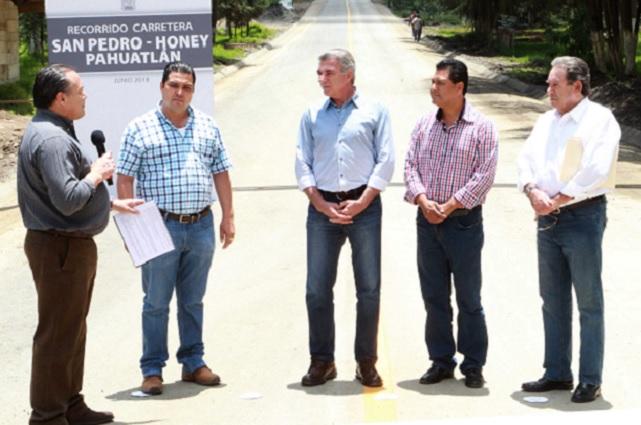 Supervisan obras de la carretera San Pedro - Honey - Pahuatlán