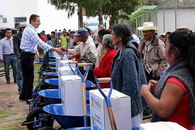 Entrega RMV obras de salud, educación y campo en Zoquitlán