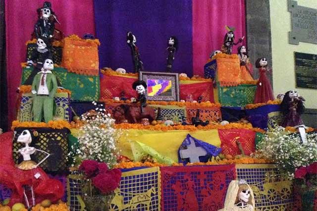 Mexicanos reciben a sus difuntos este día y les ofrecen comida y bebida