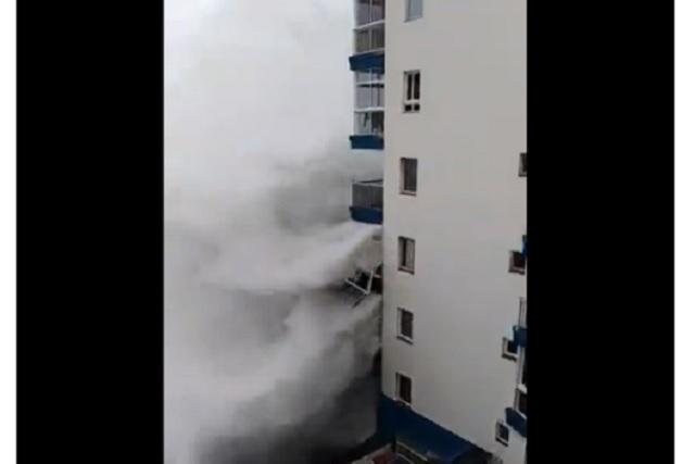 Olas de 6 metros obligan a desalojar edificio en España