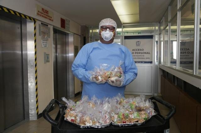 Omarcito, trabajador que lleva alegría a pacientes con Covid-19