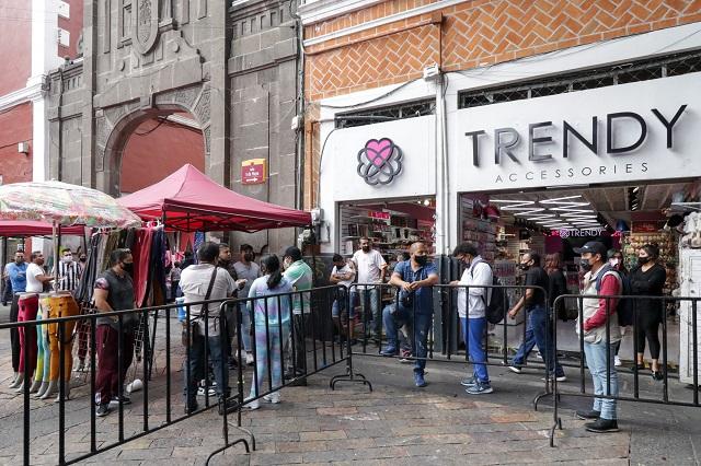 Impiden comerciantes cierre del centro de Puebla con vallas
