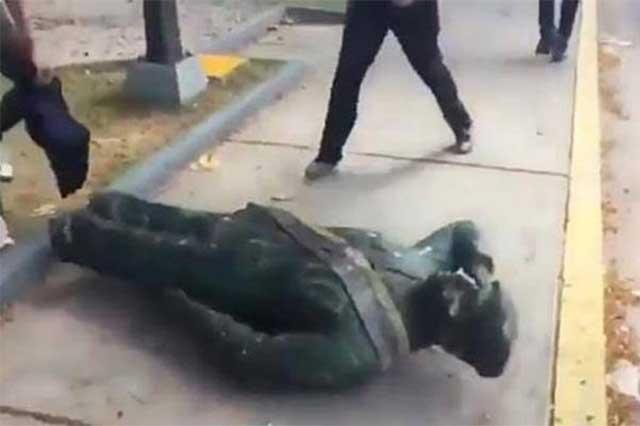 Video: Opositores de Nicolás Maduro destruyen estatua de Hugo Chávez