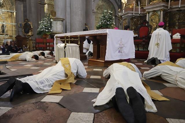 Ordena arzobispo a ocho nuevos sacerdotes en Puebla