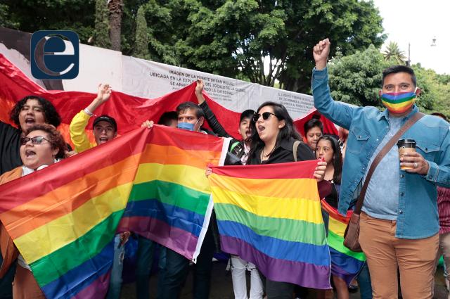 La comunidad LGBTTTI pinta el Zócalo de arcoíris