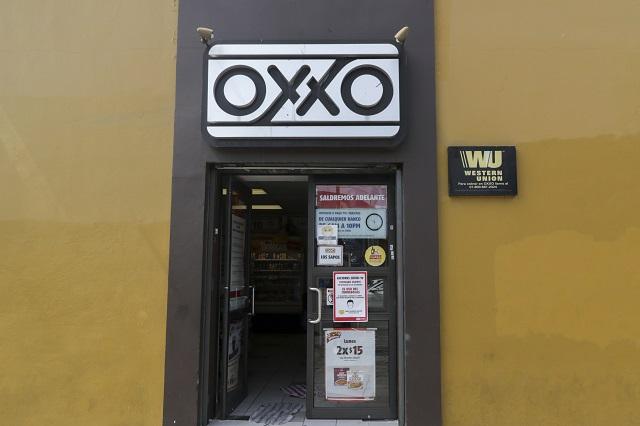 ¿Trabajadores de OXXO deben ganar lo mismo que cajeros de un banco?