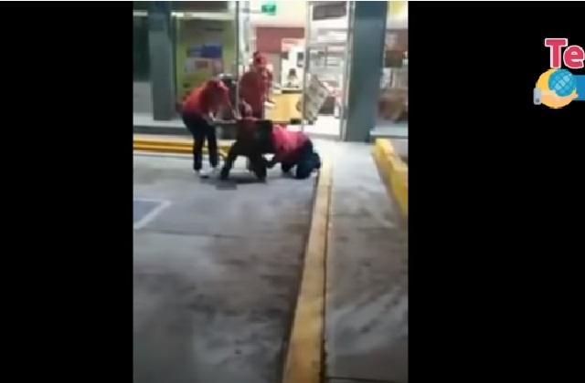 Acusan que empleado de Oxxo golpeó a cliente por no pagar con cambio