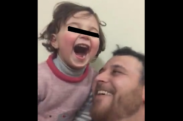 Siria: padre enseña a su hija a reírse de las bombas para que no tenga miedo
