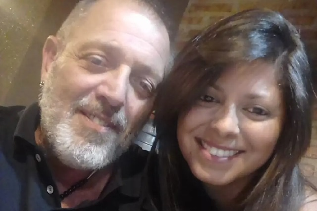 Impiden a Hombre abrazar con vida a su hija que murió de cáncer