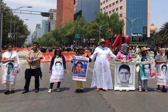 Policías atacan con gas lacrimógeno a padres de los 43