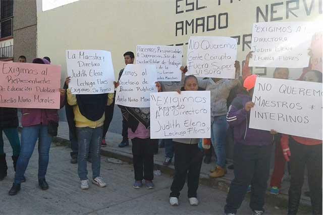 En Guadalupe Caleras exigen maestros y regreso de directora